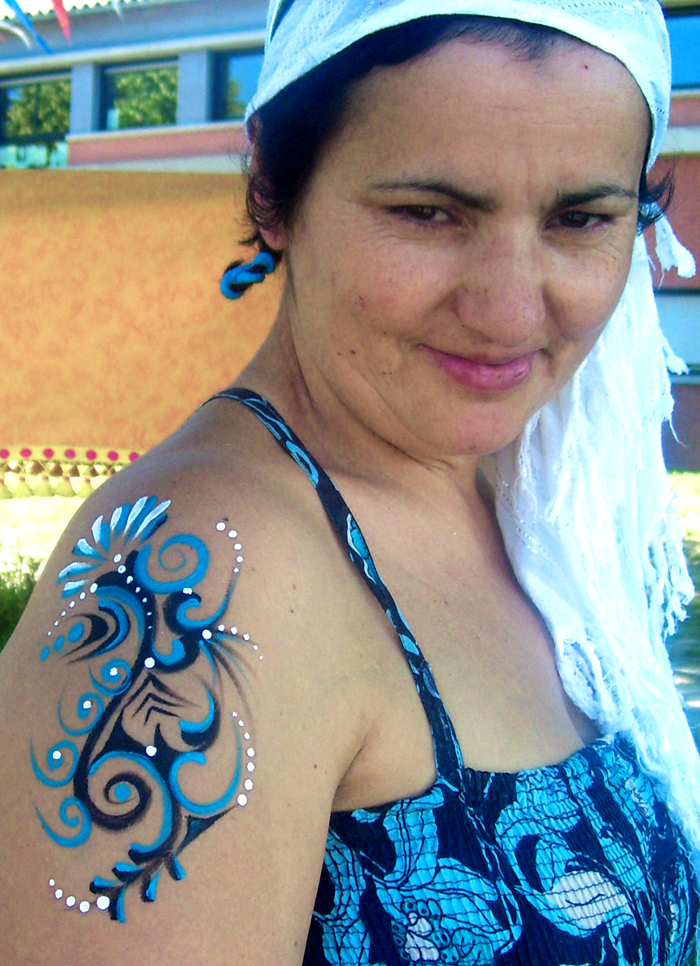 tatouage bleu épaule